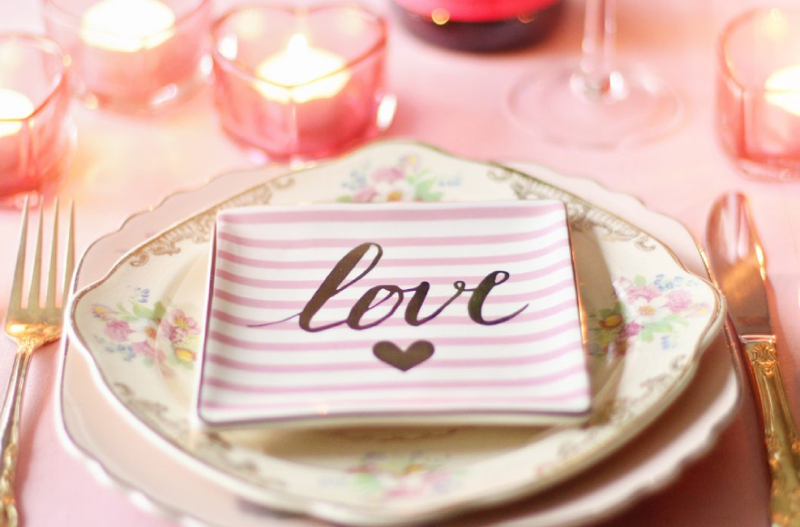 Evde Romantik Bir Sevgililer Günü Geçirmek İçin Öneriler